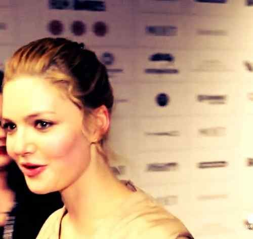 smile pic of holliday grainger