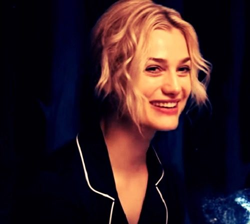 smile picture of Alison Sudol